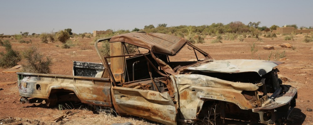 Carcasse de pickup de djihadiste detruite